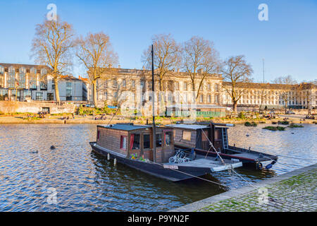 Houseboats on the Erdre, Nantes, Loire Atlantique, France. Across the river Erdre is the Prefecture. - Stock Photo
