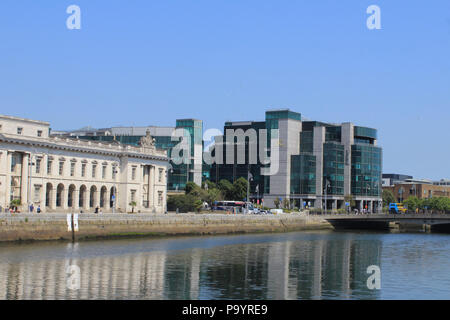 Dublins, Custom House flanked by the buildings of the International Financial Services Centre and the Aib Trade Centre. - Stock Photo