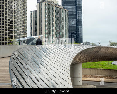 BP Pedestrian Bridge designed by Frank Gehry, connecting Millennium Park with Maggie Daley Park, Chicago, Illinois, USA. - Stock Photo