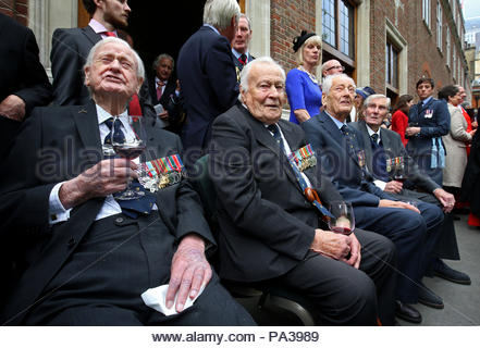 RETRANSMISSION, updating that until his death Mr Wellum was the youngest surviving Battle of Britain veteran. File photo dated 17/9/2017 of Battle of Britain veteran Squadron Leader Geoffrey Wellum, (second left), who was the youngest surviving Spitfire pilot to fly in the Battle of Britain and who has dies aged 96, joining others to watch a flypast following a service marking the 77th anniversary of the Battle of Britain at Westminster Abbey, London. - Stock Photo