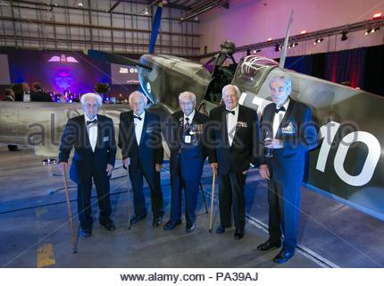 RETRANSMISSION, updating that until his death Mr Wellum was the youngest surviving Battle of Britain veteran. File photo dated 17/9/2015 of Squadron Leader Geoffrey Wellum (second right), the youngest surviving Spitfire pilot to fly in the Battle of Britain and who has died aged 96, joining other veterans to pose for a picture in front of a Spitfire at RAF Northolt during the RAF Benevolent Fund's commemorative dinner to mark the 75th anniversary of the battle. - Stock Photo