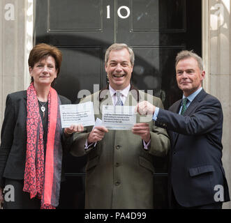 London, UK. 15th April, 2016. UKIP Leader Nigel Farage together with UKIP Deputy Chairman and Home Affairs Spokesman Diane James MEP and Peter Whittle - Stock Photo