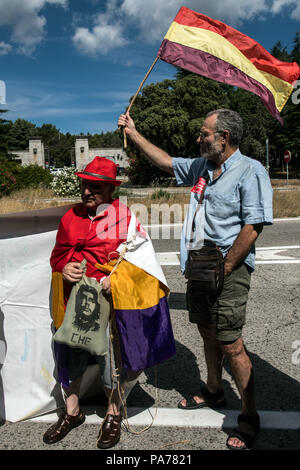 San Lorenzo del Escorial, Madrid, Spain. 21st July 2018. People with republican flags protesting at the entrance of 'Valle de los Caidos' (Valley of the Fallen) monument to demand the removal of Franco and Primo de Rivera's remains, in San Lorenzo del Escorial, Madrid, Spain. Credit: Marcos del Mazo/Almy Live News - Stock Photo