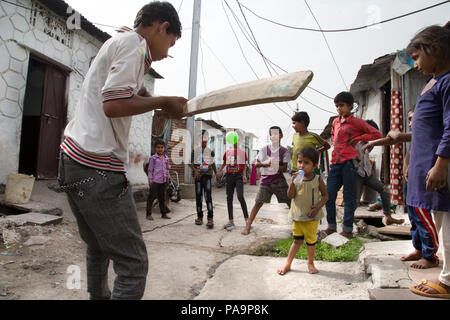 Kids playing cricket in Arif Nagar area, near the abandoned Union Carbide industrial complex, Bhopal, India - Stock Photo