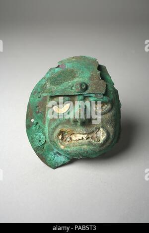 Face Mask Ornament. Culture: Moche (Loma Negra). Dimensions: Diam. 3 15/16 in. (10 cm). Date: 390-450. Museum: Metropolitan Museum of Art, New York, USA. - Stock Photo