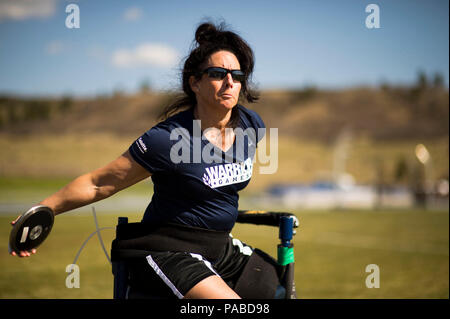 SPRINGS, Colo. (May 12, 2013) Navy Mineman 1st Class Linda Simpson performs a seated discus throw during a team Navy Coast Guard track and field practice at the 2013 Warrior Games. From May 11-16, more than 200 wounded, ill and injured service members and veterans, as well as an international team representing the United Kingdom, will compete at the U.S. Olympic Training Center and U.S. Air Force Academy. The military service with the most medals will win the Chairman's Cup. - Stock Photo