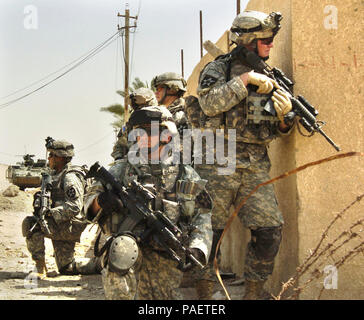 U.S. Army Soldiers from Bravo Company, 1st Battalion, 23rd Infantry Regiment conduct an area reconnaissance mission in Baghdad, Iraq, Aug. 11, 2006. - Stock Photo