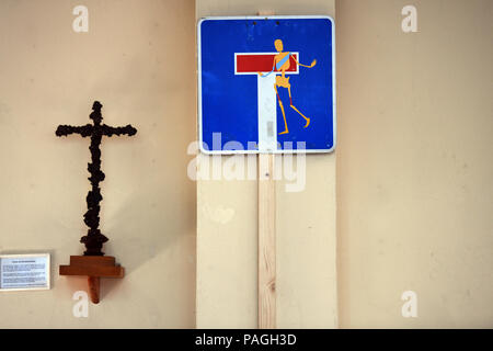 Bochum, Germany. 20th July, 2018. A dead end sign with a painted skeleton hangs next to a cross at the Protestant road church Ruhr. With services in many of the 47 German road churches the Protestant and Catholic church advertises for their road churches on today's Road Church Day. Credit: Ina Fassbender/dpa/Alamy Live News - Stock Photo