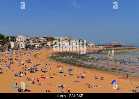 England, Broadstairs. Packed beach with sun bathers during summertime heatwave. Harbour in background. Broadstairs, Kent, UK, July, 2018 - Stock Photo