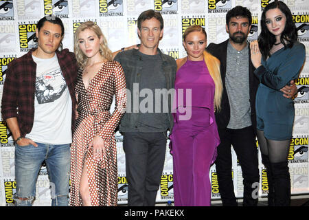 San Diego, USA. 21st July, 2018. Blair Redford, Skyler Samuels, Stephen Moyer, Natalie Alyn Lind, Sean Teale and Emma Dumont at the Photocall for the Fox TV series 'The Gifted' at the San Diego Comic-Con International 2018 at the Hilton Bayfront hotel. San Diego, 21.07.2018 | usage worldwide Credit: dpa/Alamy Live News - Stock Photo