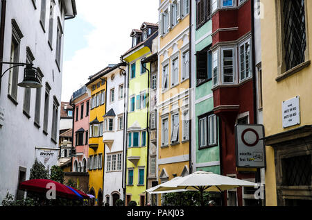 Bolzano. 23rd July, 2018. Photo taken on July 23, 2018 shows a view of the old Bolzano, north Italy. Bolzano is located in the Trentino-Alto Adige region. It was once a stop on the coach route between Italy and the flourishing Austro-Hungarian Empire. The city is blended with cultures. Thanks to the cool weather, Bolzano attracts lots of tourists during summer time. Credit: Jin Yu/Xinhua/Alamy Live News - Stock Photo