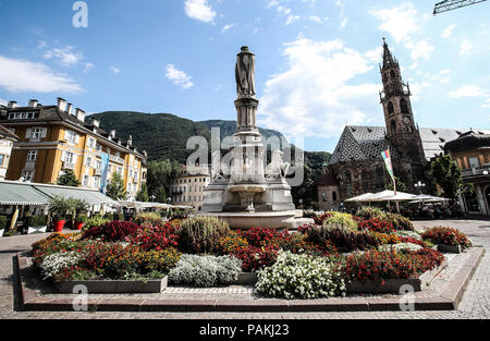 Bolzano. 23rd July, 2018. Photo taken on July 23, 2018 shows the central square and a cathedral in Bolzano, north Italy. Bolzano is located in the Trentino-Alto Adige region. It was once a stop on the coach route between Italy and the flourishing Austro-Hungarian Empire. The city is blended with cultures. Thanks to the cool weather, Bolzano attracts lots of tourists during summer time. Credit: Jin Yu/Xinhua/Alamy Live News - Stock Photo