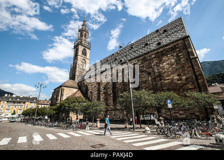 Bolzano. 23rd July, 2018. Photo taken on July 23, 2018 shows a cathedral in Bolzano, north Italy. Bolzano is located in the Trentino-Alto Adige region. It was once a stop on the coach route between Italy and the flourishing Austro-Hungarian Empire. The city is blended with cultures. Thanks to the cool weather, Bolzano attracts lots of tourists during summer time. Credit: Jin Yu/Xinhua/Alamy Live News - Stock Photo
