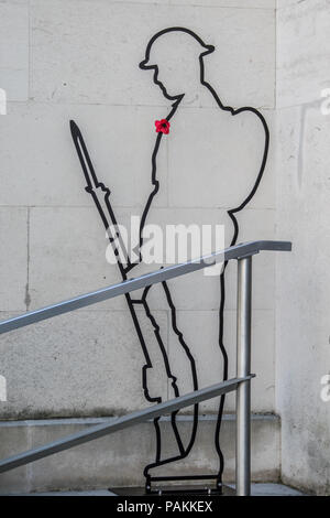 London,UK. 24 July 2018. The silhouette of a World War One Tommy with a single red poppy at the Ministry of Defence in central London, part of a 'Remembered' project. Credit: David Rowe/Alamy Live News - Stock Photo