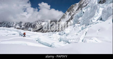 Nepal, Solo Khumbu, Everest, Sagamartha National Park, Mountaineer at Western Cwm - Stock Photo