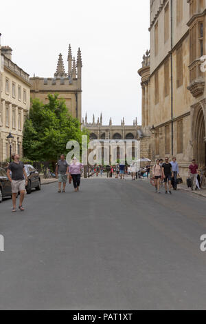 Oxford, Oxfordshire, UK. 23rd June 2018. UK Weather. Shoppers and Tourists enjoy the sunshine and shopping in picturesque Oxford. - Stock Photo