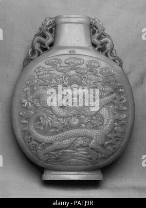 Vase in the shape of a pilgrim flask. Culture: China. Dimensions: H. 10 13/16 in. (27.4 cm); W. 8 1/16 in. (20.5 cm); D. 2 3/8 in. (6 cm). Date: 18th century. Museum: Metropolitan Museum of Art, New York, USA. - Stock Photo