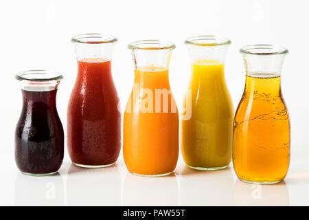 Fruchtsäfte in Saftflaschen - Apfelsaft, Orangensaft, Multivitaminsaft, Blutorangen- und Granatapfelsaft, Kirschsaft - Stock Photo