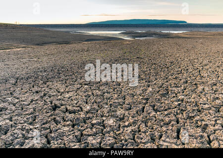 Selset Reservoir, Lunedale, County Durham. Wednesday 25th July 2018. UK Weather.  On what is forecast to be one of the hottest days of the year so far the parched ground of Selset reservoir in County Durham bakes under the heat of the early morning sun. David Forster/Alamy Live News - Stock Photo