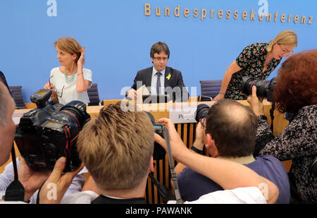 Germany, Berlin. 25th July, 2018. Carles Puigdemont (C), Catalan separatist leader, is photographed before a press conference on the current legal and political situation of journalists. After the end of his extradition proceedings, Puigdemont plans to leave Germany in a few days. Puigdemont announced that he would return to Belgium at the weekend. Credit: Wolfgang Kumm/dpa/Alamy Live News - Stock Photo