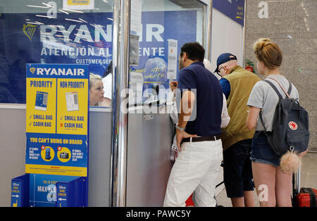 Mallorca, Spain.  25 July 2018, Spain, Mallorca, Palma: Passengers are queuing up at the Ryanair service desk at Palma de Mallorca airport. The start of a two-day strike by cabin crew at the low-cost airline Ryanair has caused great displeasure among countless travellers in several European countries. The highest number of cancellations occurred in Spain, when Ryanair cancelled 200 flights. Credit: dpa picture alliance/Alamy Live News - Stock Photo