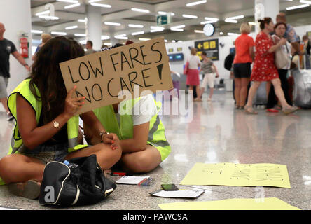 Mallorca, Spain. 25 July 2018, Mallorca, Spain: cabin crew of the airline Ryanair demonstrates at Palma de Mallorca airport with signs and demands more money and better conditions. The start of a two-day strike by cabin crew at the low-cost airline Ryanair has caused great displeasure among countless travellers in several European countries. Credit: dpa picture alliance/Alamy Live News - Stock Photo