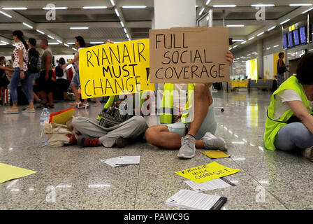 Mallorca, Spain. 25 July 2018, Mallorcam Spain: cabin crew of the airline Ryanair demonstrates at Palma de Mallorca airport with signs and demands more money and better conditions. The start of a two-day strike by cabin crew at the low-cost airline Ryanair has caused great displeasure among countless travellers in several European countries. Credit: dpa picture alliance/Alamy Live News - Stock Photo