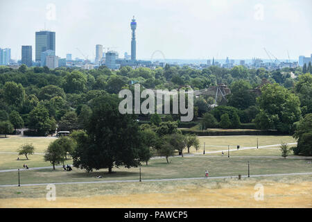 London, UK.  25 July 2018.  UK Weather - The view from Primrose Hill amidst parched grass and hot conditions.  The forecast is for temperatures to rise to 35C by the end of the week.  Credit: Stephen Chung / Alamy Live News - Stock Photo