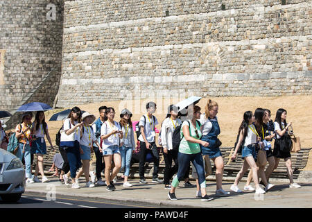 Windsor, UK. 24th July, 2018. Tourists visiting Windsor castle use umbrellas to shelter themselves from the sun as the record-breaking heatwave continues across the UK. Credit: Mark Kerrison/Alamy Live News - Stock Photo