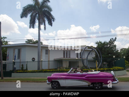 Havana, Cuba. 25th July, 2018. A classic car with tourists circulates past the Dutch Embassy, in Havana, Cuba, 25 July 2018. The authorities look for 19-year-old Dutch woman Anouk van Luijk who was reported missing past Saturday during her vacation in the island. Credit: Yander Zamora/EFE/Alamy Live News - Stock Photo
