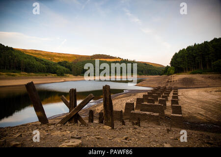 Derwent Valley, UK, 25 July 2018. 25th July 2018. Heatwave in the UK continues as water levels in the upper Derwent Valley reservoirs continue to go lower. ©Gary Bagshawe/Alamy Live News. - Stock Photo