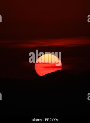 Imagen del sol ocultándose esta tarde en el poniente de Hermosillo. La capital de Sonora registro hoy una sensación de 51°C alrededor de las  las 4pm