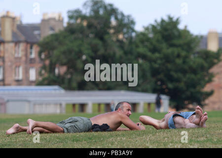 Edinburgh, Scotland. UK. 26th July. Members of the public enjoy the sunny weather in the Capital of Scotland as temperature rise almost 30 degree.. Pako Mera/Alamy Live News. - Stock Photo