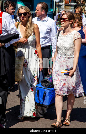Lewes, UK. 26th July 2018. Young opera fans arrive in Lewes on a scorchingly hot day en route to Glyndebourne opera house for a performance of Pelléas et Mélisande.  Credit: Grant Rooney/Alamy Live News - Stock Photo
