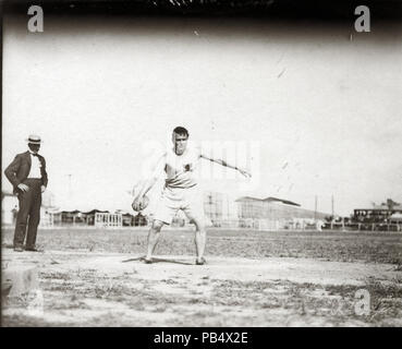 837 John Flannigan of the Greater New York Irish Athletic Association throwing a discus at the 1904 Olympics - Stock Photo