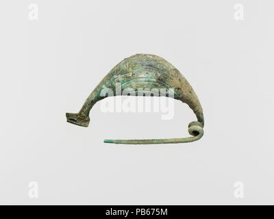 Bronze navicella-type fibula (safety pin). Culture: Etruscan. Dimensions: Base: 3 3/4 in. (9.5 cm). Date: 8th century B.C..  Navicella-type fibulae have arched bows with open undersides; incised decoration on the bow. Museum: Metropolitan Museum of Art, New York, USA. - Stock Photo