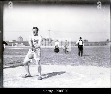 837 John Flannigan of the Greater New York Irish Athletic Association performing the 56 pound hammer throw at the 1904 Olympics - Stock Photo