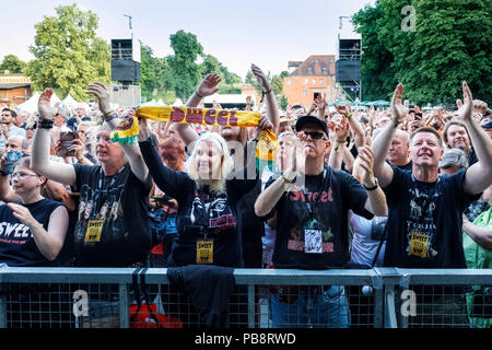 Berlin, Deutschland. 09th June, 2018. 16/SWEET, Glam Rock Band, UK, 50th Anniversary Open Air, gig, 09.06.2018, open air, Citadel Music Festival 2018, Citadel, Berlin, Germany, audience <SWEET, rock band, UK, performing on June 09, 2018, at Citadel, Berlin, Germany, aidience   usage worldwide Credit: dpa/Alamy Live News - Stock Photo