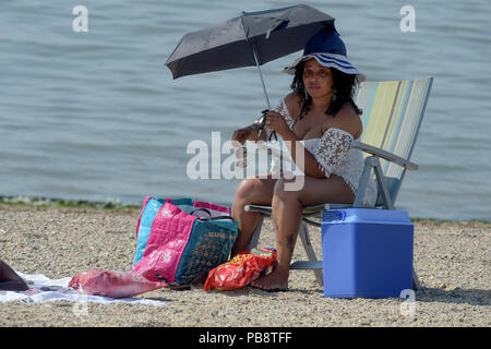 Southend on Sea, Essex. 27th July 2018. UK Weather: Visitors to Southend on Sea Essex enjoy the hottest day of the year. 27th July 2018 Credit: MARTIN DALTON/Alamy Live News - Stock Photo