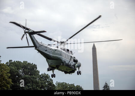 Washington, District of Columbia, USA. 27th July, 2018. Marine One, with United States President Donald J. Trump and first lady Melania Trump aboard departs the South Lawn of the White House in Washington, DC en route to Bedminster, New Jersey on Friday, July 27, 2018.Credit: Ron Sachs/CNP Credit: Ron Sachs/CNP/ZUMA Wire/Alamy Live News - Stock Photo