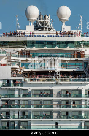 the p and o cruise liner azura leaving Southampton with passengers on deck and on their balconies. - Stock Photo
