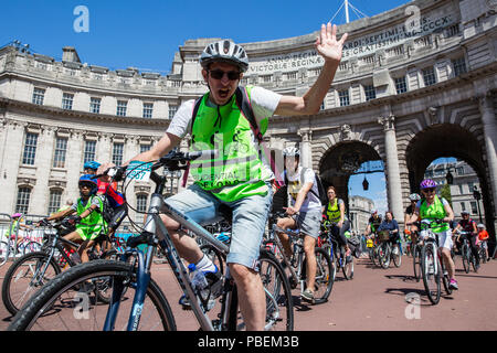 London, UK. 28th July, 2018. Members of the public take part in the Prudential RideLondon FreeCycle. This event enables people of all ages to enjoy cycling on traffic-free roads through central London passing some of the capital's most iconic landmarks. Credit: Mark Kerrison/Alamy Live News - Stock Photo