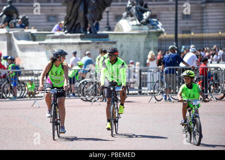 London, UK.  28 July 2018.  Members of the public take part in the Prudential RideLondon FreeCycle, around an 8 mile course in the centre of the capital, taking in iconic landmarks, such as The Mall and Buckingham Palace, en route.  The event is part of Prudential RideLondon's two day celebration of cycling with over 100,000 people participating over the weekend. [Editorial Use Only] Credit: Stephen Chung / Alamy Live News - Stock Photo