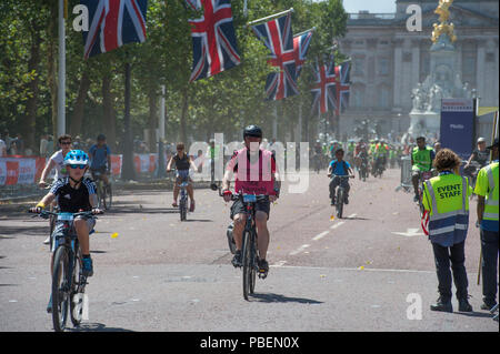 The Mall, London, UK. 28 July, 2018. The Prudential Ride London Freecycle gives everyone the chance to travel around the centre of London on a traffic free route of eight miles, joining the route at any point. Credit: Malcolm Park/Alamy Live News. - Stock Photo