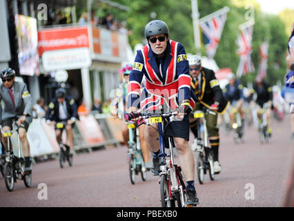Central London, UK, 28th July 2018. Riders race down The Mall during the Brompton World Championship Final, part of the Prudential RideLondon Festival of Cycling weekend. This unique and hugely enjoyable event takes the form of a Le Mans style start as 500+ smartly-dressed competitors make a mad dash to unfold their bikes before setting off on the famous eight lap circuit around St James' Park. @ David Partridge / Alamy Live News - Stock Photo
