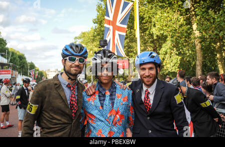 Central London, UK, 28th July 2018. Riders on The Mall ahead of the Brompton World Championship Final, part of the Prudential RideLondon Festival of Cycling weekend. This unique and hugely enjoyable event takes the form of a Le Mans style start as 500+ smartly-dressed competitors make a mad dash to unfold their bikes before setting off on the famous eight lap circuit around St JamesÕ Park. @ David Partridge / Alamy Live News - Stock Photo