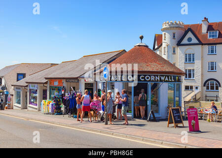 7 July 2018: Bude Cornwall UK - In the continuing hot sunny weather, people cool off eating ice cream outside Taste of Cornwall in Belle View. Stock Photo