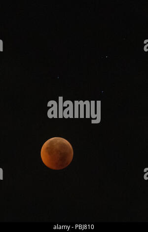 Colombo, Sri Lanka. 28th July, 2018. This picture shows the full moon during a 'blood moon' eclipse as seen from Colombo on July 28, 2018. Credit: Vimukthi Embuldeniya/Pacific Press/Alamy Live News - Stock Photo