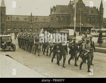 Aankomst van een detachement Nederlandse militairen op het stationsplein voor aa – F40233 – KNBLO. - Stock Photo
