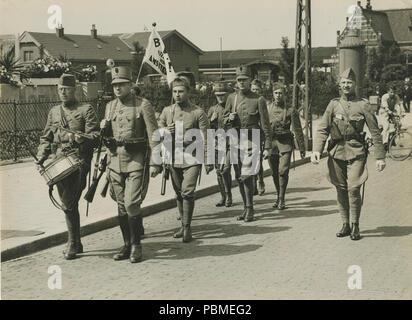 Aankomst van een detachement Nederlandse militairen uit Amsterdam aan het statio – F40351 – KNBLO. - Stock Photo